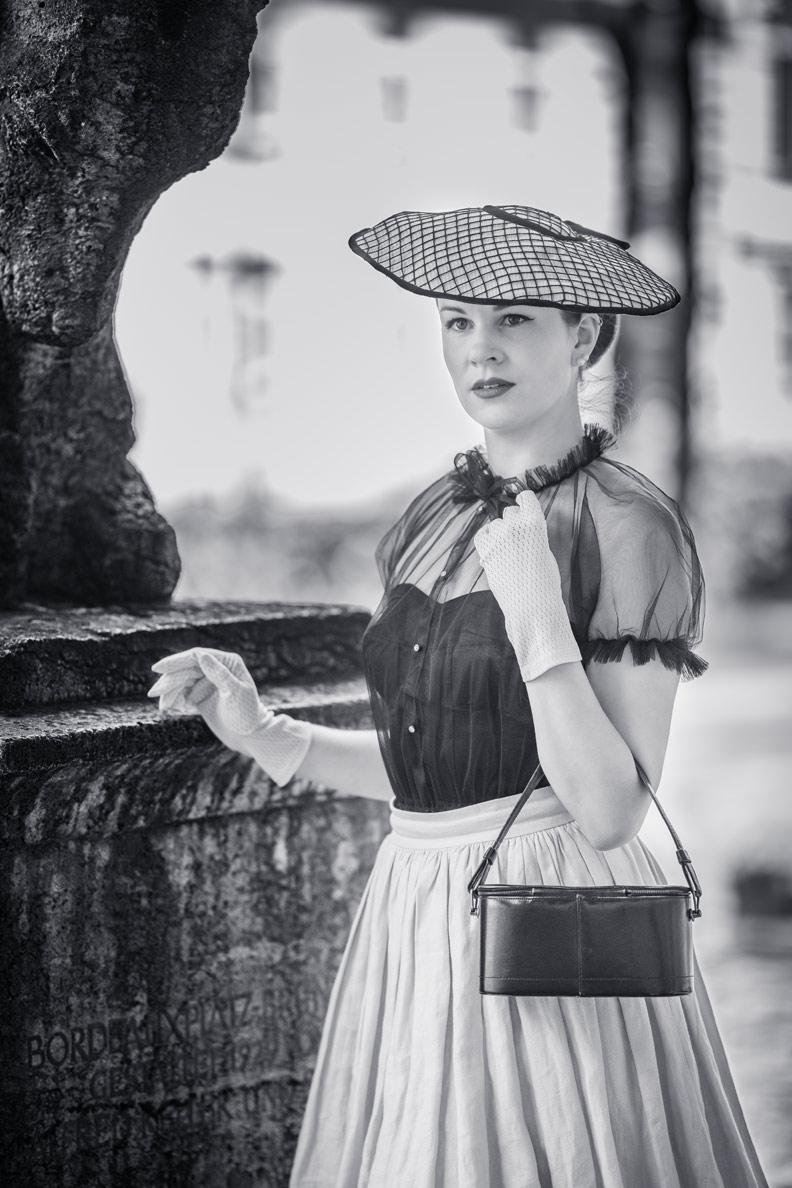 RetroCat mit einem großen 50er-Jahre-Hut im Stil von Diors New Look