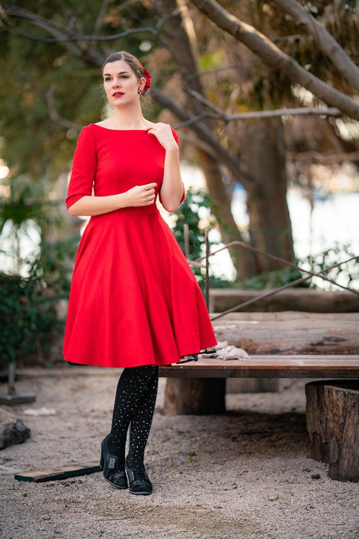 RetroCat in einem roten Jerseykleid von Belle Couture auf Reisen in Kroatien