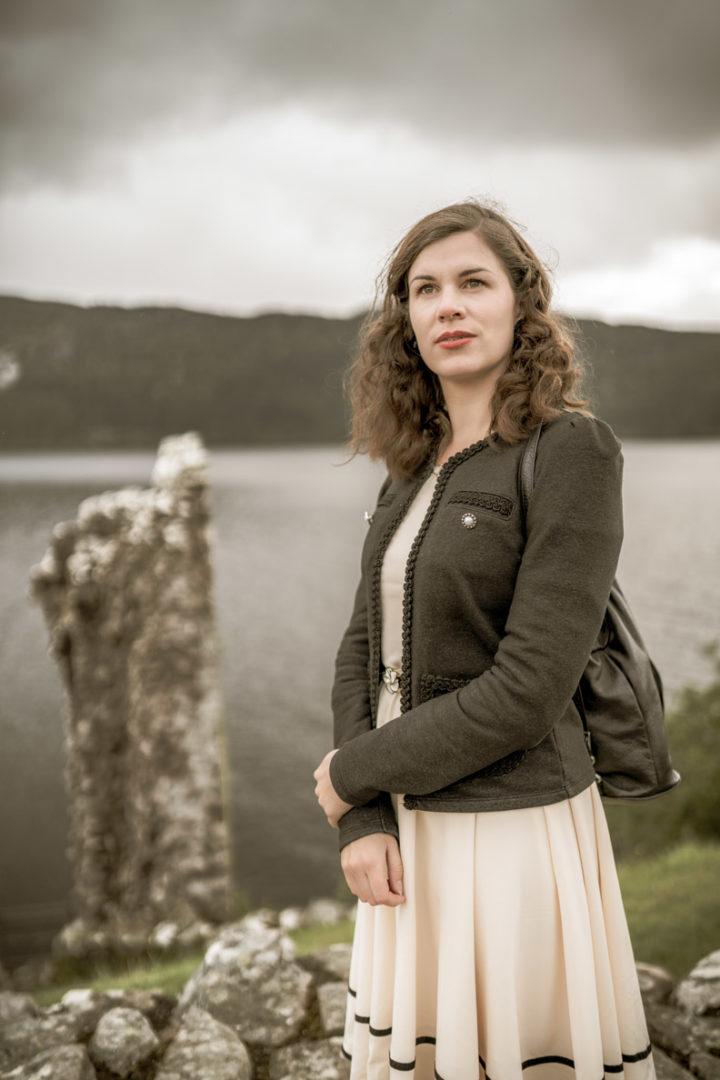 RetroCat mit einem Lederrucksack auf Reisen in Schottland
