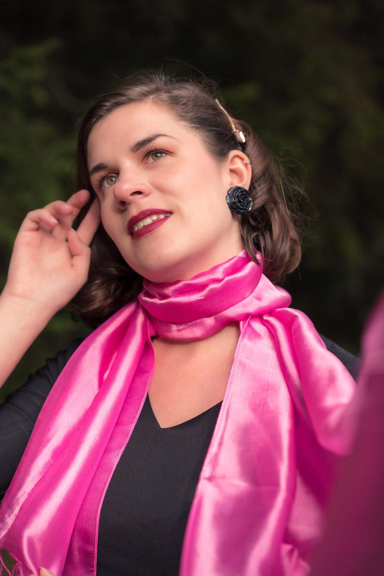Perfekt für Reisen: RetroCat mit einem langen pinken Schal