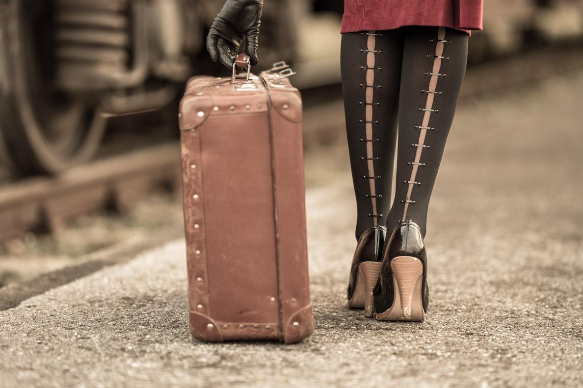 Stilvoll reisen: RetroCat mit Vintage-Koffer und Strumpfhose auf Reisen