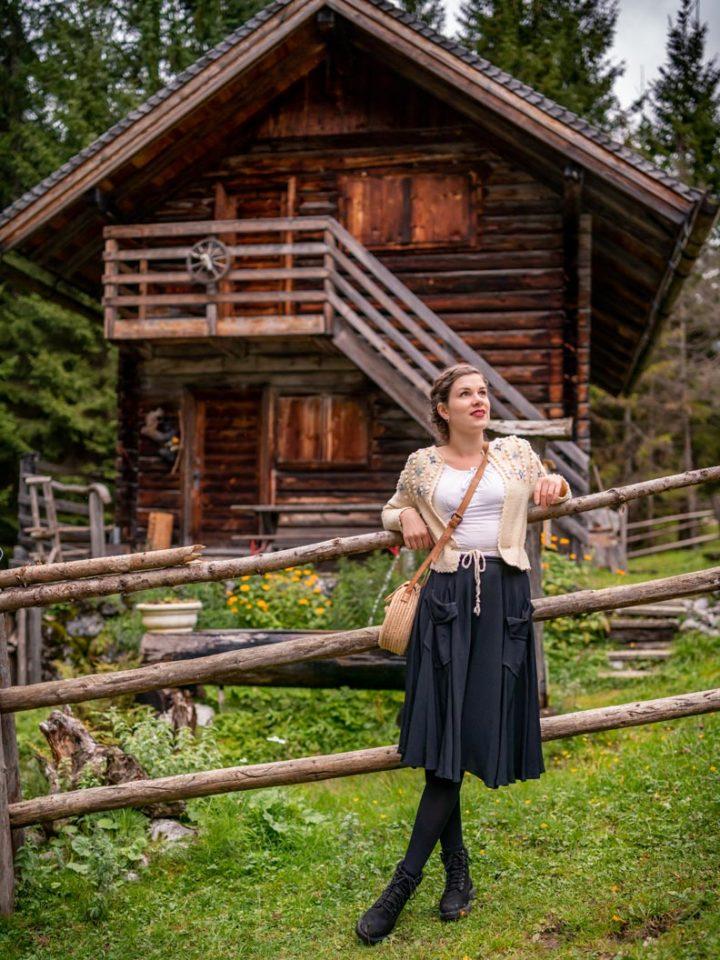 RetroCat ein einem Wander-Outfit im Vintage-Stil und mit Timberlands in Österreich