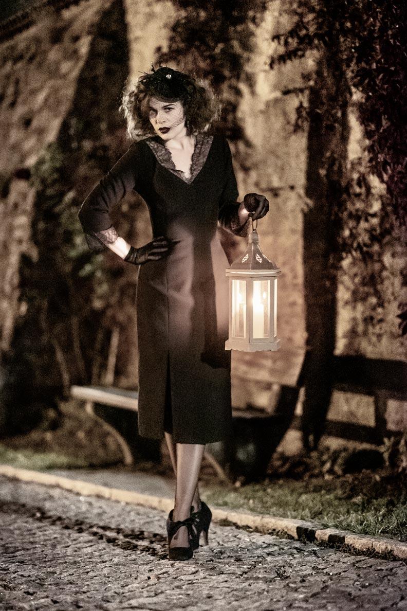 Last Minute Halloween-Outfit von RetroCat: Schwarzes Kleid von Ginger Jackie und düstere Accessoires