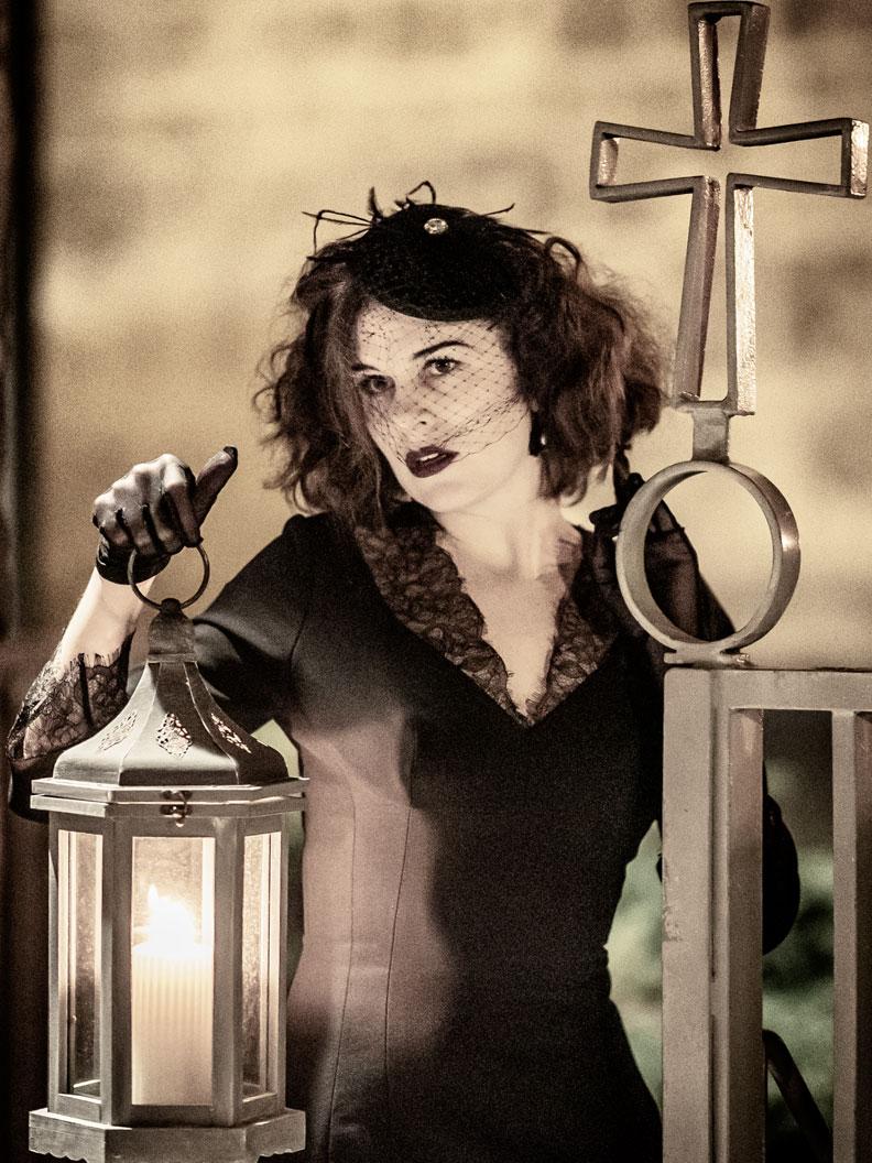RetroCat mit Laterne, Spinnen-Ohrringen und schwarzem Kleid für Halloween