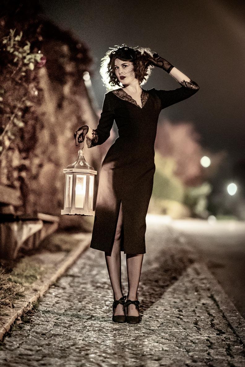 RetroCat mit einem schwarzen Kleid von Ginger Jackie und Vintage-Accessoires an Halloween