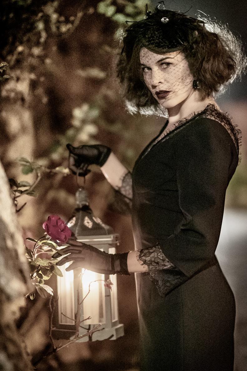 RetroCat mit schwarzem Kleid von Ginger Jackie und Fascinator mit Schleier