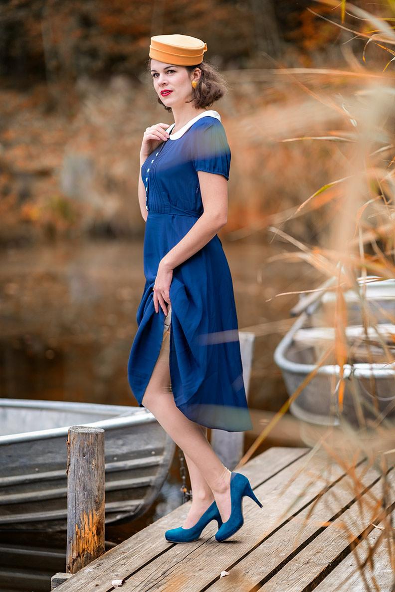 RetroCat mit blauem Kleid und gelben Strümpfen von Secrets in Lace Europe an einem See