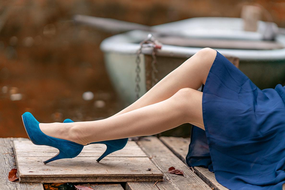 RetroCat mit gelben Nahtstrümpfen von Secrets in Lace und blauen Schuhen