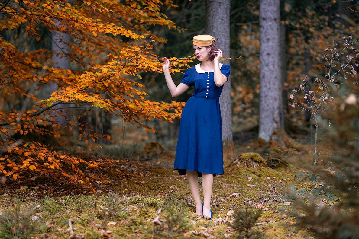 Perfekter Herbsttag: RetroCat beim Waldspaziergang im Herbstlaub