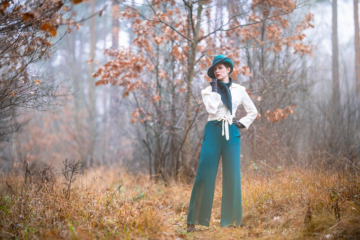 RetroCat kombiniert eine Marlene-Hose von The Seamstress of Bloomsbury im Stil der 30er-Jahre