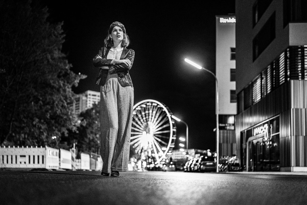 Bloggerin RetroCat mit Marlene-Hose, Blazer und Bluse vor dem Riesenrad in München