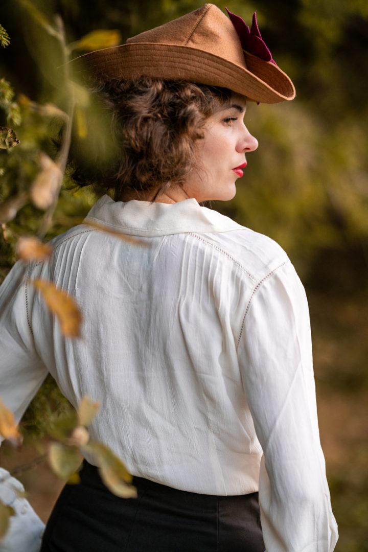 RetroCat mit weißer Bluse von The Seamstress of Bloomsbury im Alltag