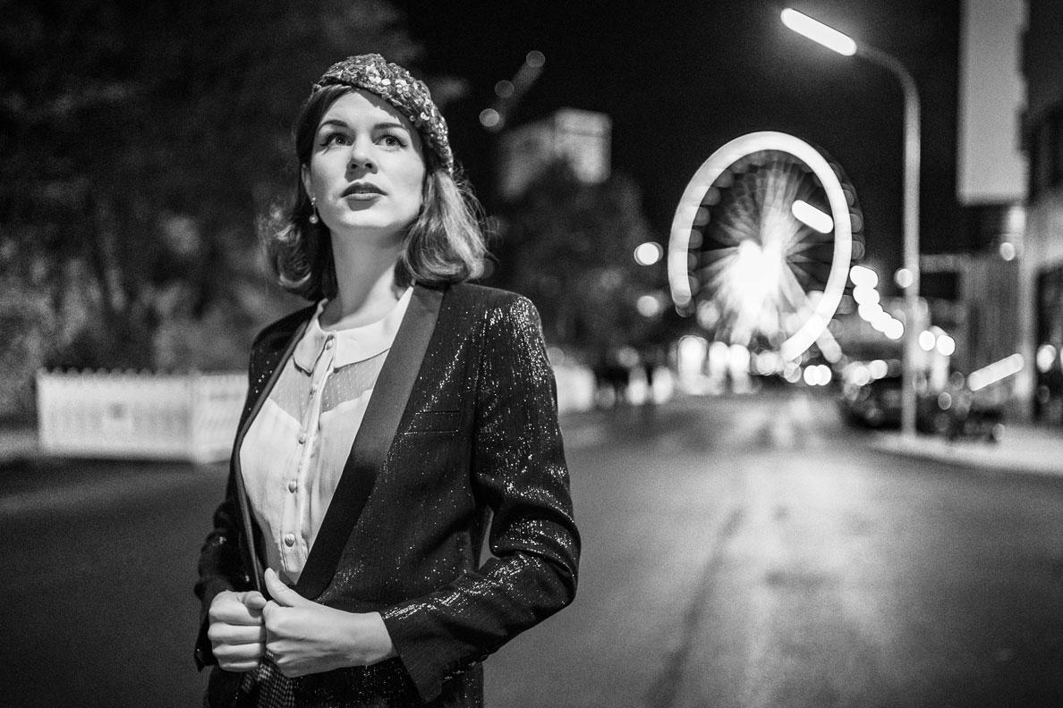 RetroCat mit einem Glitzer-Blazer von Kate Moss for Topshop und einem passenden 30er-Jahre-Hut in München