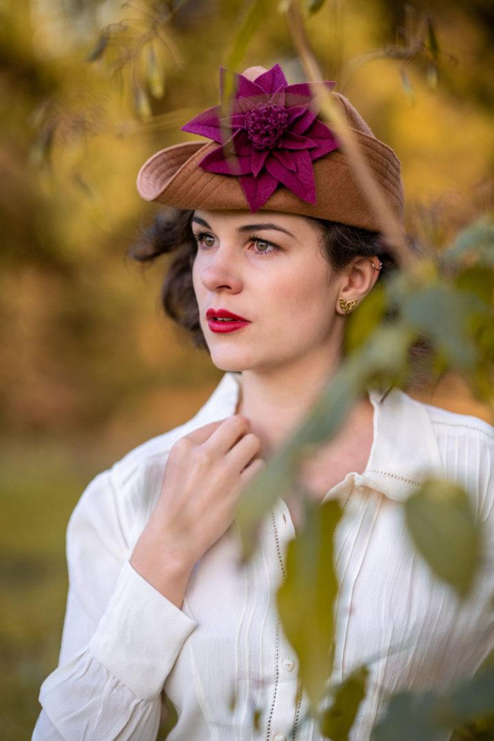 RetroCat mit weißer Bluse und einem 40er-Jahre-Hut von The Little Shop of Gorgeousness