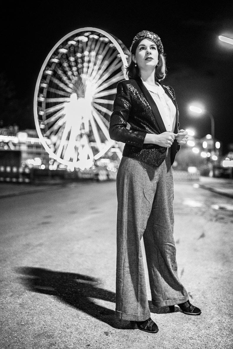 Vintage-Mode-Bloggerin RetroCat mit einer Marlene-Hose und einem Glitzer-Blazer bei Nacht in München