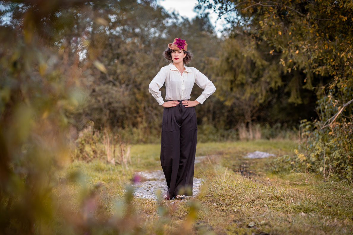 Marlene-Hose kombinieren: RetroCat mit einer Hose von The Seamstress of Bloomsbury und passender Bluse