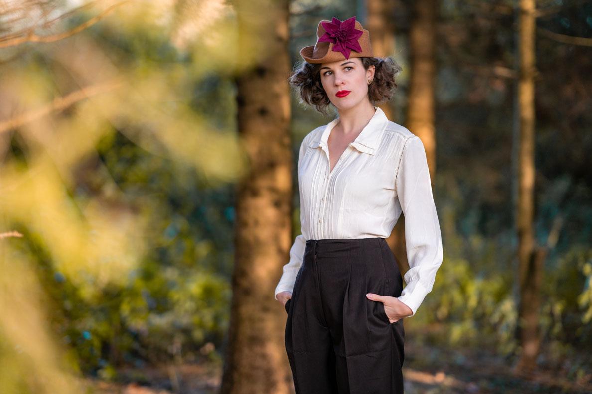 Marlene-Hose kombinieren: RetroCat mit Bluse und Hut im Stil der 1940er-Jahre