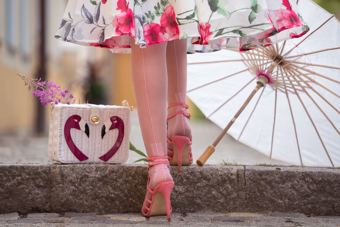 Pin-up Girls Look: RetroCat mit Flamingo-Handtasche, Sonnenschirm und Nahtstrümpfen