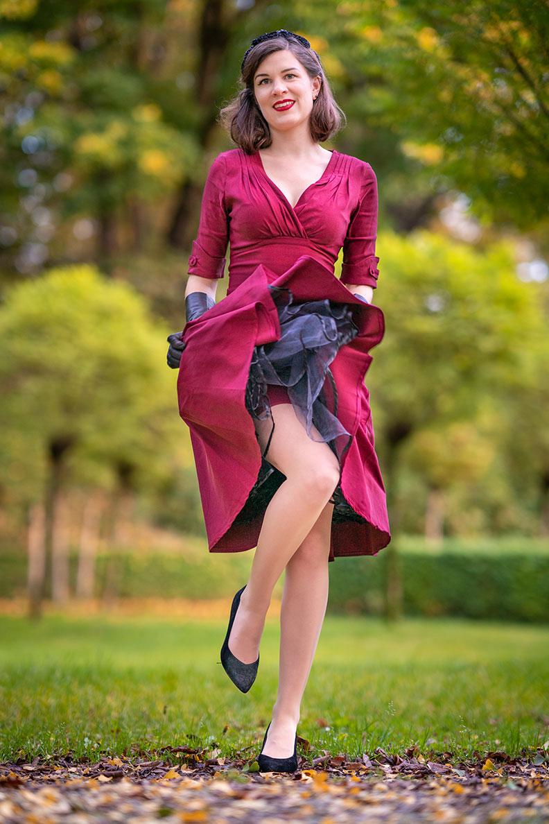 RetroCat als Pin-up Girl mit Nahtstrümpfen, Petticoat und Retro-Kleid