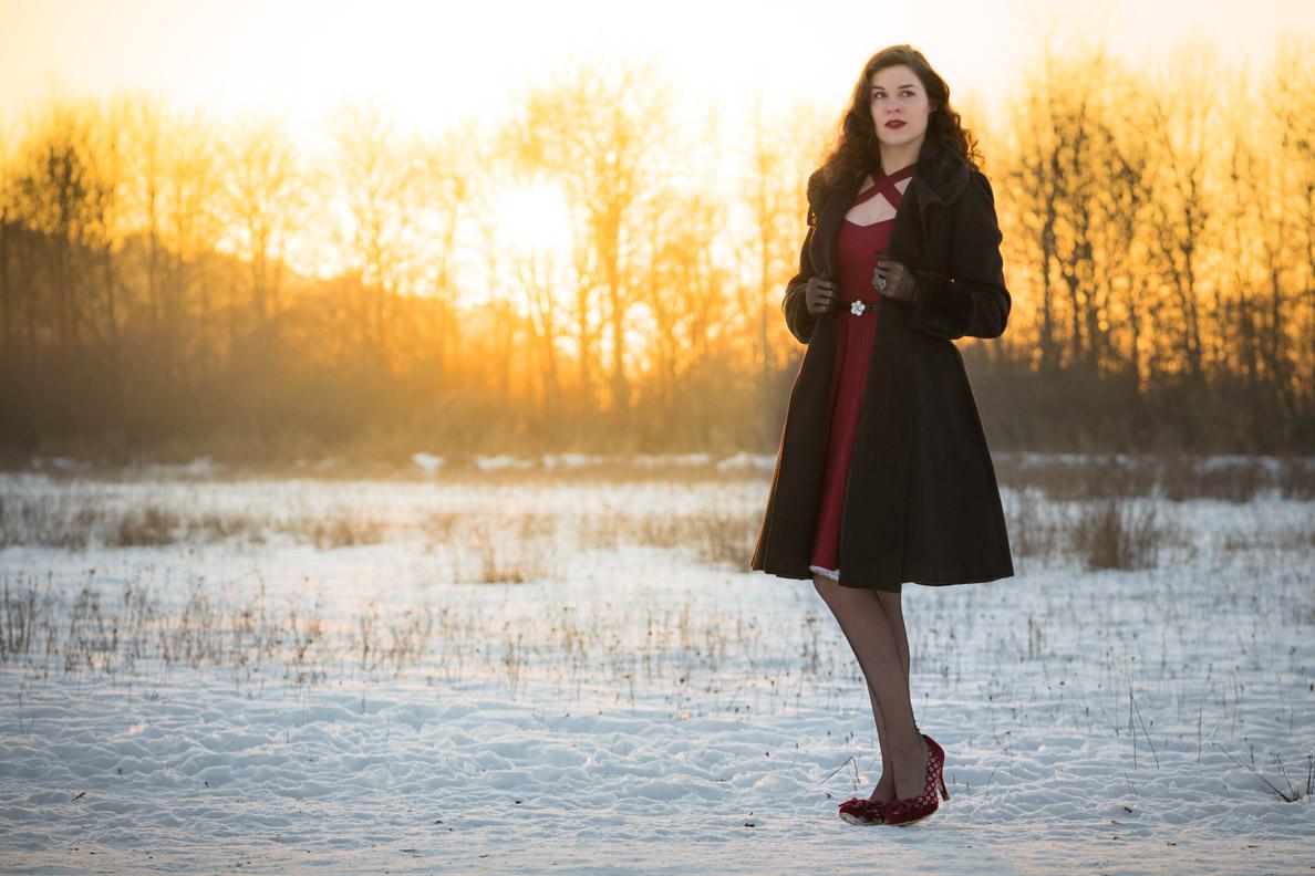 Perfekt für Weihnachten: RetroCat mit rotem Kleid, Retro-Mantel und schwarzen Nylons