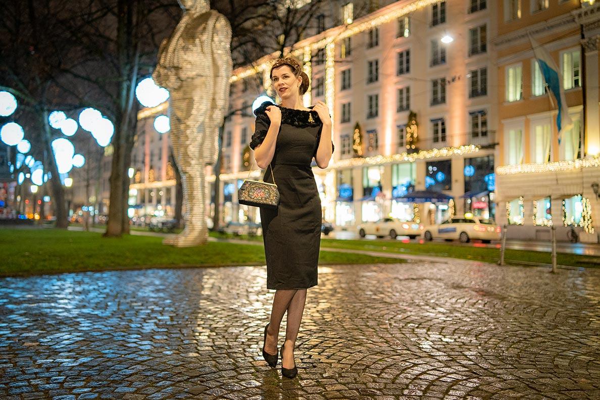 RetroCat mit schwarzem Kleid und dunklen Nahtnylons in München zur Weihnachtszeit