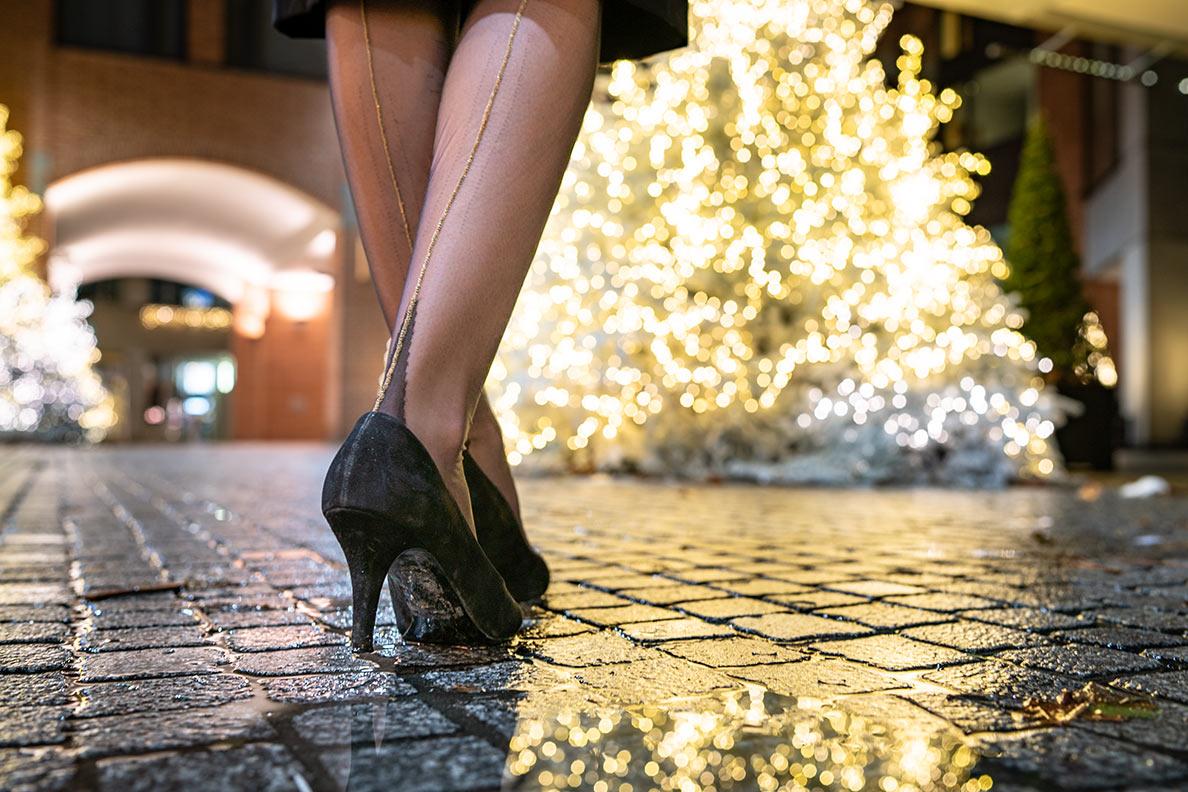 Weihnachtlich: RetroCat trägt glamouröse Nylons mit goldener Naht von Secrets in Lace Europe