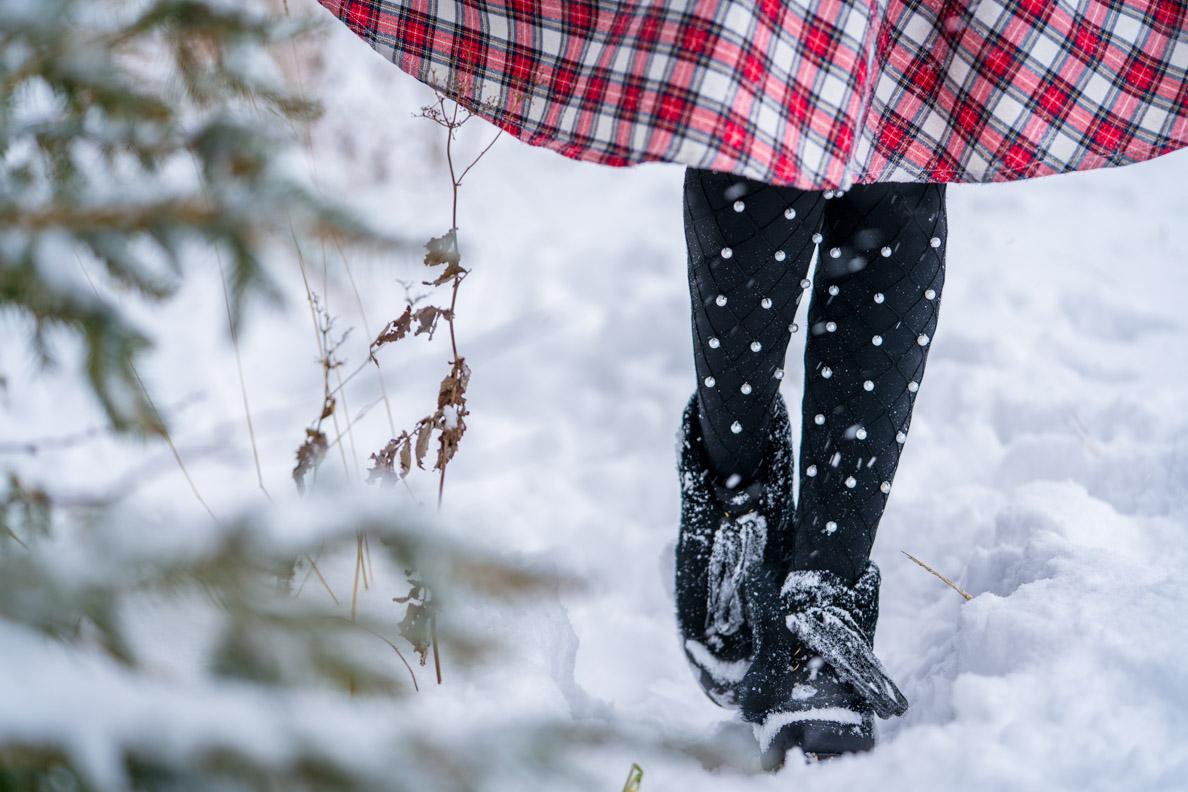RetroCat mit einer Strumpfhose mit Perlen von Calzedonia im Schnee