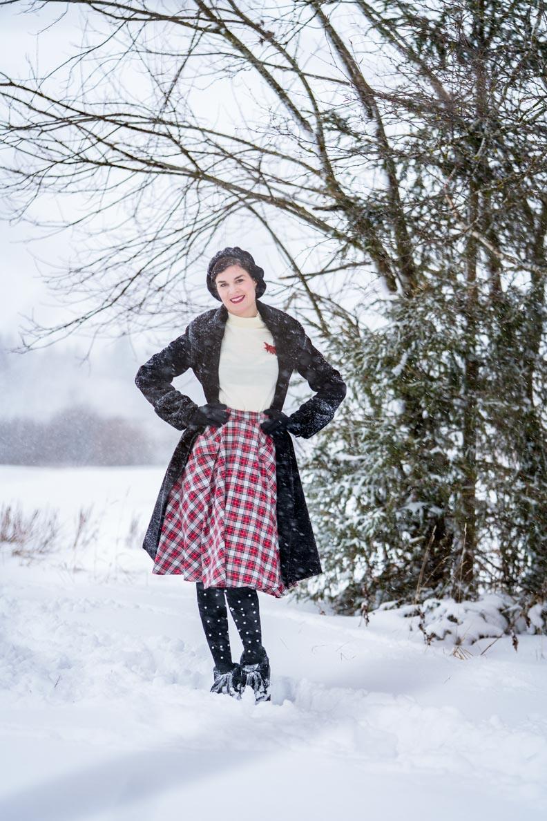 RetroCat in einem weihnachtlichen Tages-Outfit beim Spazierengehen im Schnee