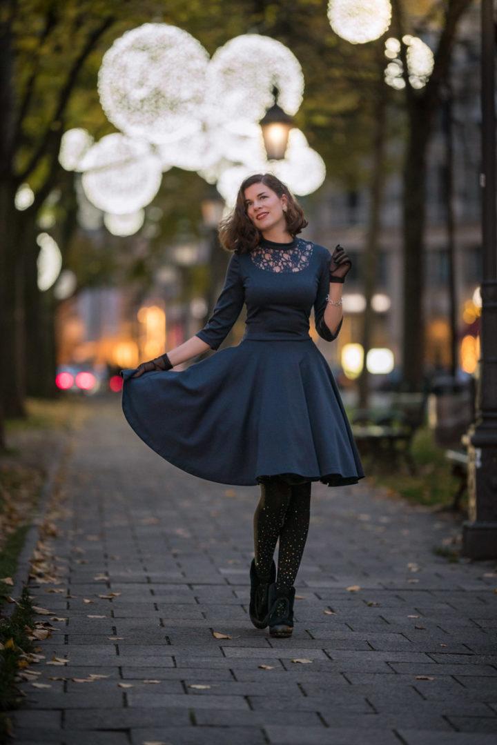 RetroCat mit einem 50er-Jahre-Kleid und einer glamourösen Strumpfhose von Calzedonia