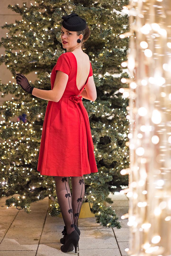 Perfekt für Weihnachten: RetroCat mit einem roten Vintage-Kleid und einer Schleifen-Strumpfhose von Chantal Thomass