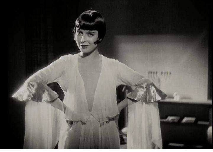 """Louise Brooks in einem weißen 20er-Jahre-Kleid im Film """"Die Büchse der Pandora"""""""