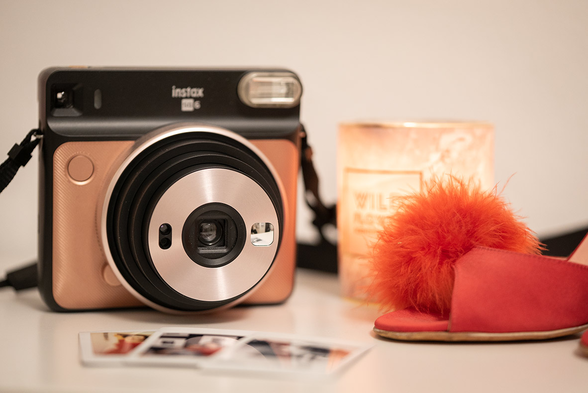 Weihnachts-Geschenkidee für die Freundin: Eine Sofortbildkamera in Pink