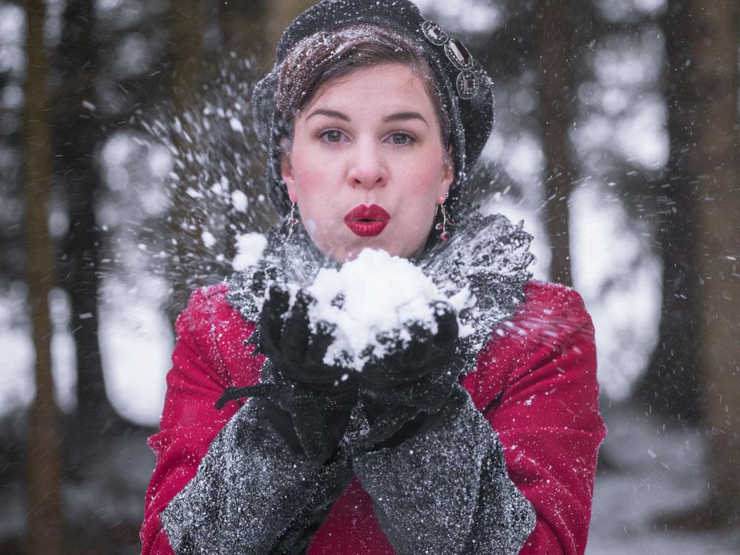 Winter-Accessoires: RetroCat mit einer schwarzen Baskenmütze im Schnee