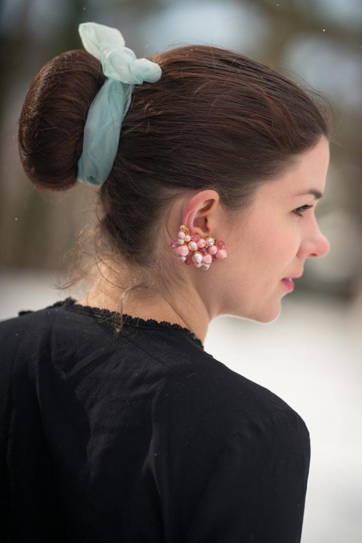 Einfache Winter-Frisuren: RetroCat mit Dutt und Haarband