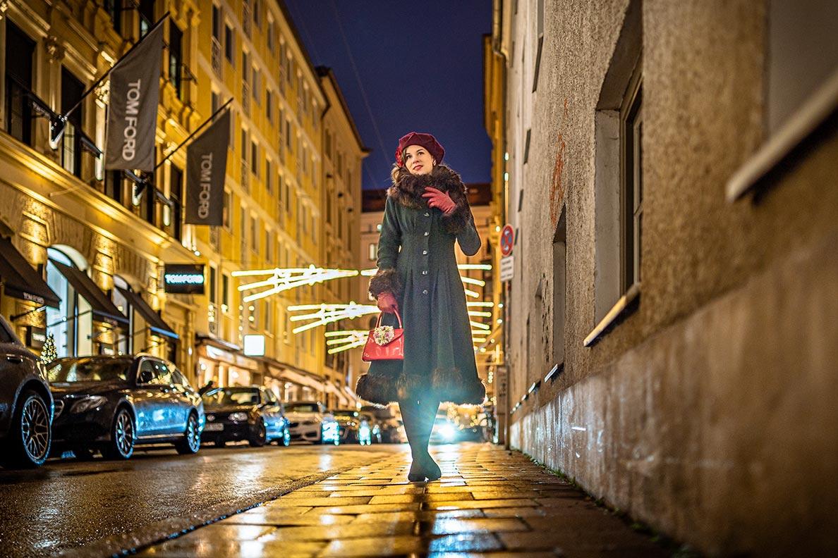 RetroCat mit einem glamourösen Retro-Mantel unterwegs in München