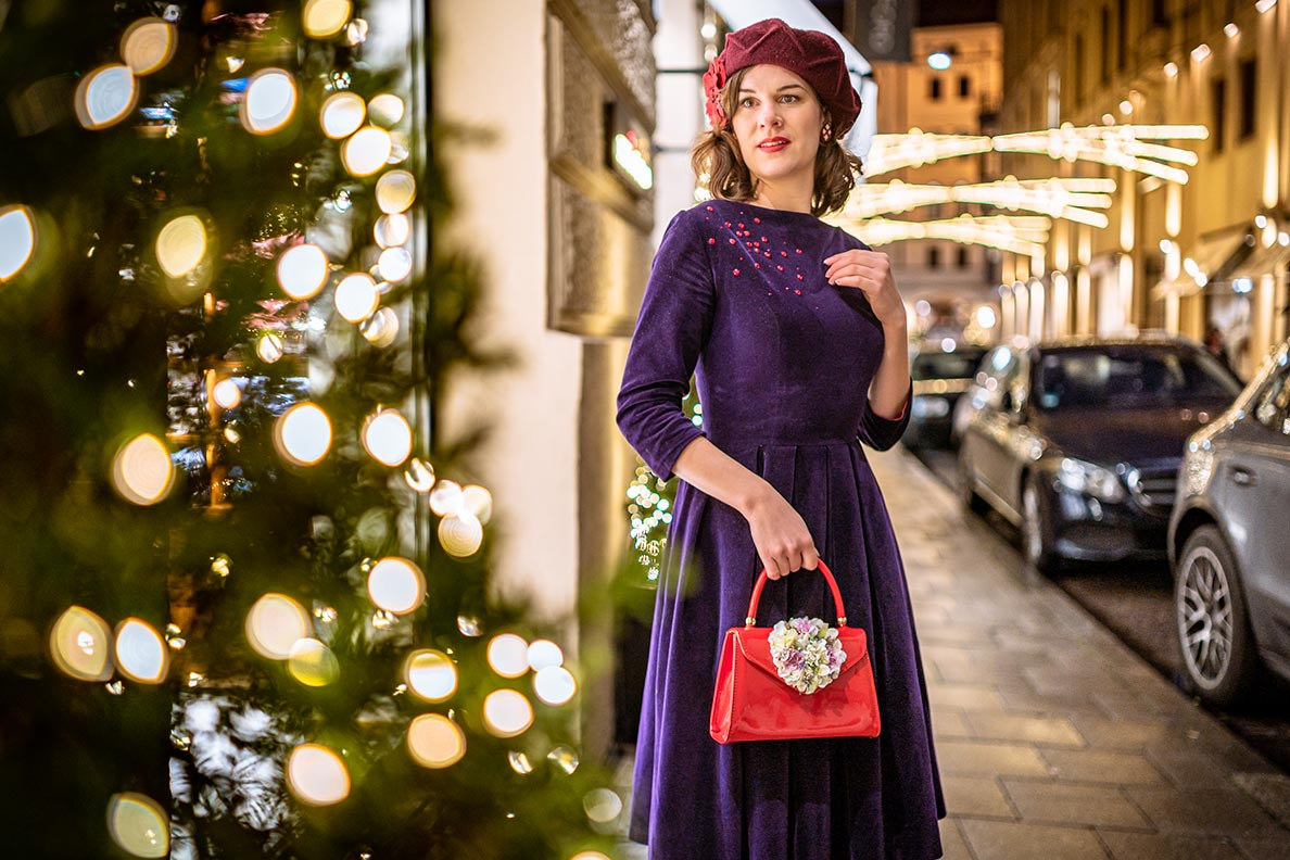 Weihnachten 2019: RetroCat mit ihrem Weihnachtsoutfit: lila Samtkleid und rote Accessoires