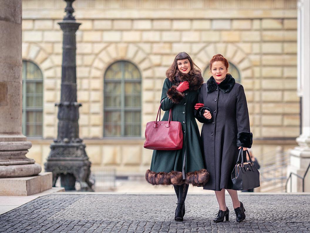 RetroCat und ElvaVintage in warmer und eleganter Winterkleidung im Vintage-Stil