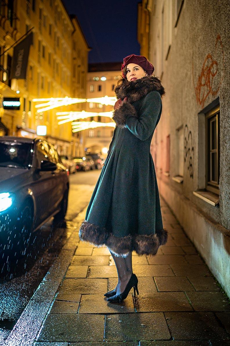 Warme und elegante Wintermode: RetroCat mit einem Retro-Mantel im Stil der 30er-Jahre