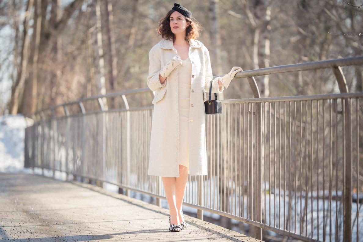 RetroCat mit einem weißen Mantel im Vintage-Stil von Ginger Jackie