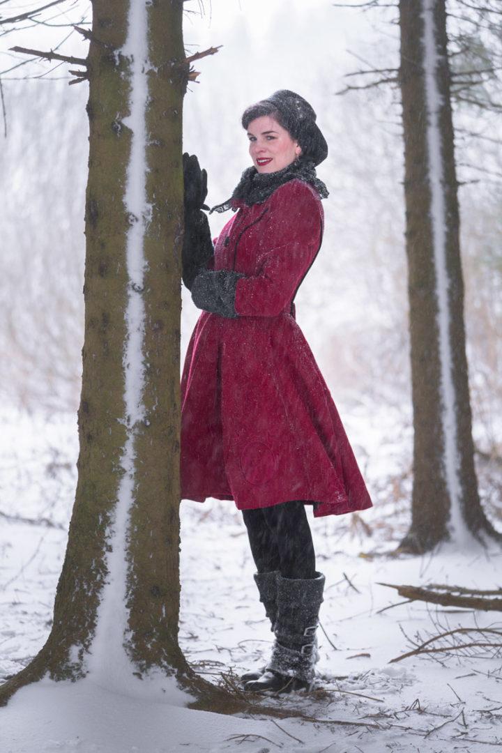 Winterkleidung im Vintage-Stil: RetroCat mit dem roten Fairy Coat von Hell Bunny im Schnee