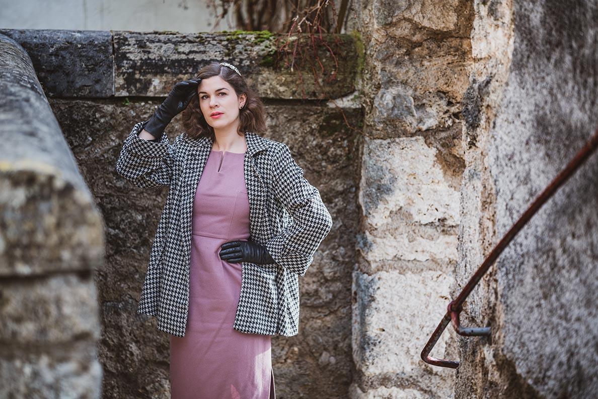 RetroCat mit einem rosa Wollkleid und einer Swing-Jacke von The Seamstress of Bloomsbury