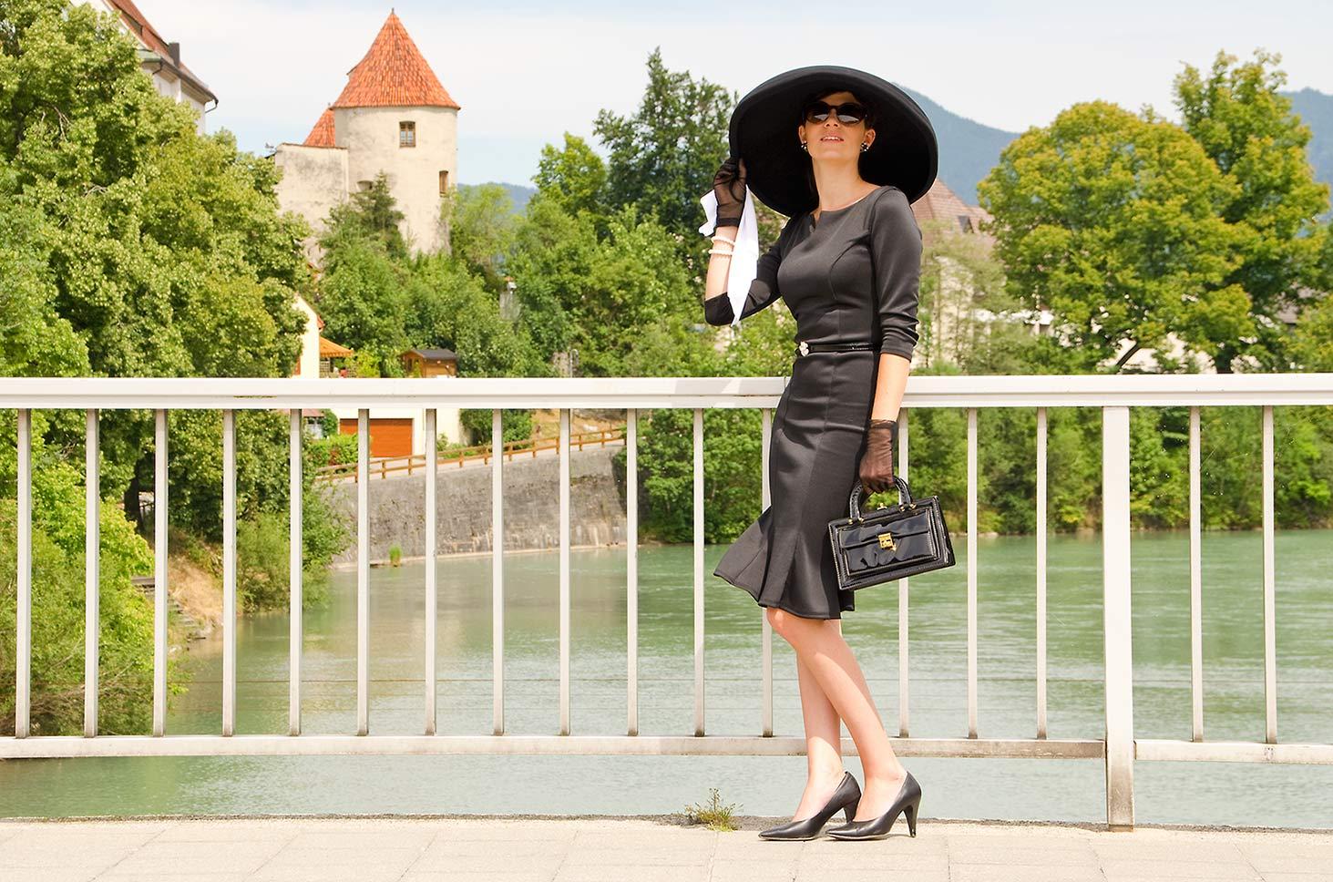 Inspirationsquellen für Vintage-Mode: RetroCat mit einem Outfit im Stil von Frühstück bei Tiffany