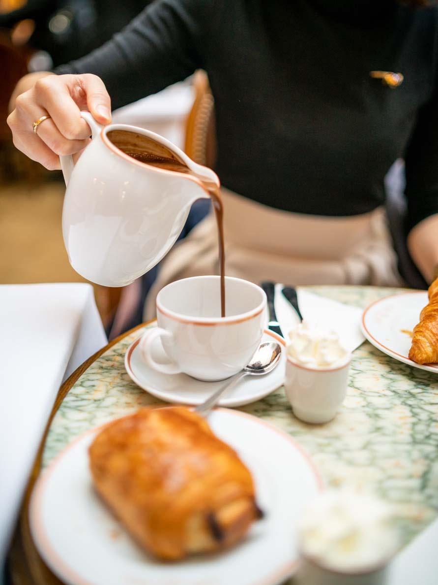 "Heiße Schokolade ""Chocolat chaud"" im Café Angelina"