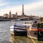 Zwei Boote auf der Seine mit dem Eiffelturm im Hintergrund