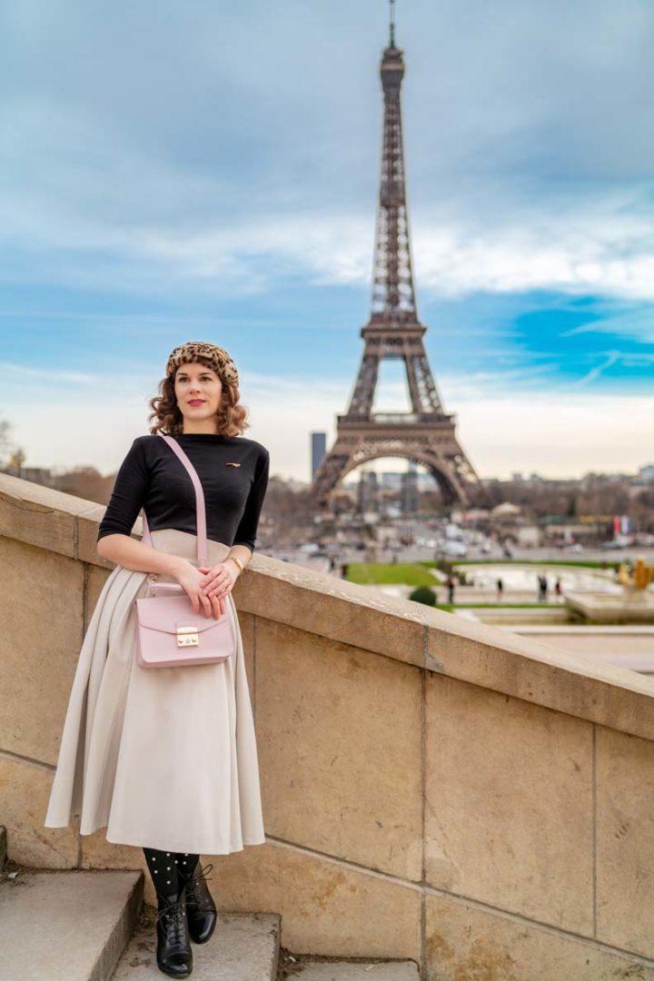 RetroCat mit einem Outfit im Stil der 50er-Jahre vor dem Eiffelturm in Paris
