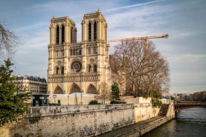 Die Kathedrale Notre Dame in Paris mit Baugerüst