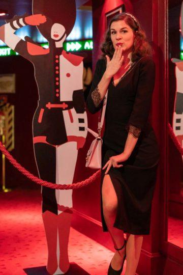 RetroCat mit einem schwarzen Kleid von Ginger Jackie im Crazy Horse Paris