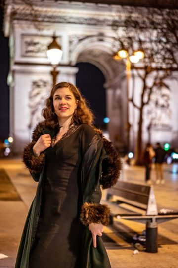 RetroCat mit schwarzem Kleid und dem Pearl Coat von Collectif Clothing in Paris