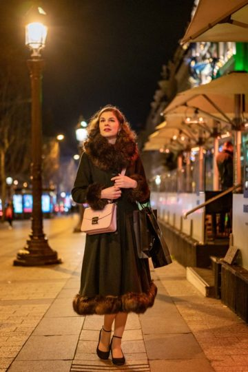 Winter-Outfits für Paris: RetroCat mit warmem Mantel im Vintage-Stil