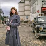 RetroCat mit grauem Mantel in Montmartre